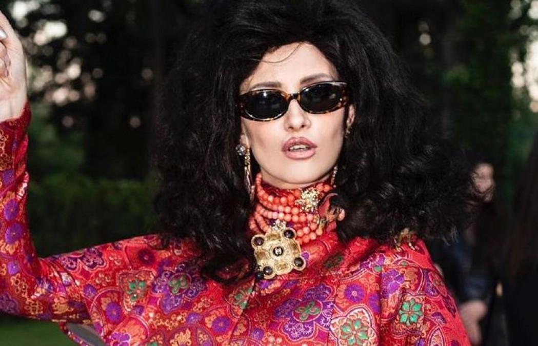 Iulia Albu a șocat la petrecerea VIVA! Așa s-a îmbrăcat la eveniment, insa tinuta ei a atras numai critici. La intreg outfit-ul a ales accesoriu o găină vie