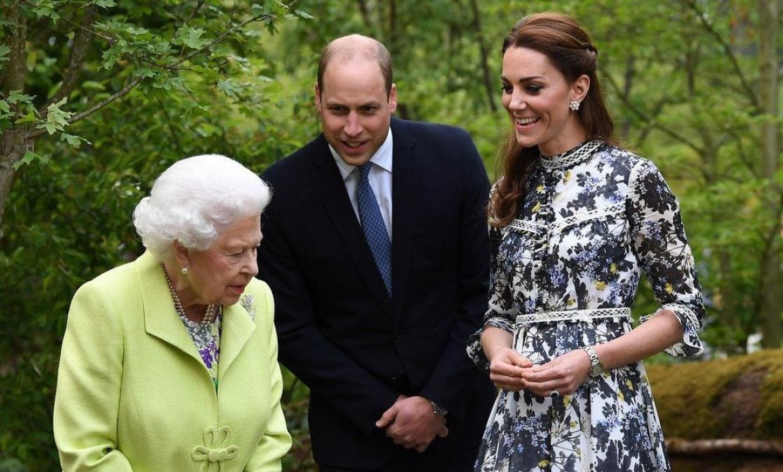 Dovada care arata ca Regina Elisabeta o prefera mai mult pe Kate Middleton decat pe Meghan Markle.   Gestul facut de Ducesa de Cambridge pentru suverana, in public. Toti au ramas uimiti